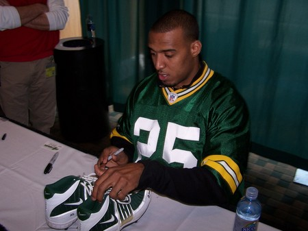 Ryan Grant signing cleats @ Packers Fan Fest 031409.jpg